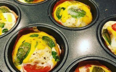 Æggemuffins med skinke og tomat